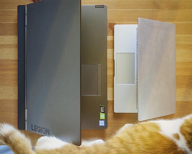 """przykładowa różnica wielkości między laptopem gamingowym, a laptopem """"na kolanka"""""""